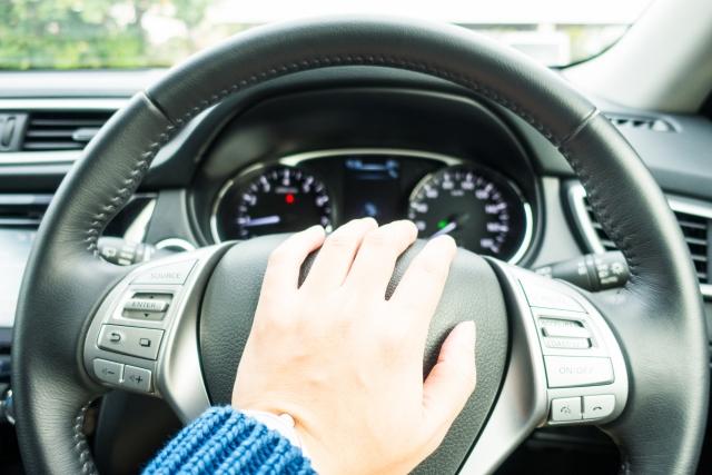 車のクラクションはなぜ車種によって違うのか?